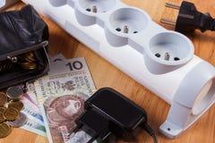 Elektrycznej władzy pasek z odłączonymi prymkami i połysk waluty pieniądze, koszty energii Obrazy Royalty Free
