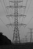 Elektrycznej władzy przekazu wierza w czarny i biały Fotografia Royalty Free