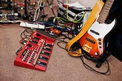 Elektryczni basowej gitary i gitara przerobu audio skutki na st Fotografia Stock