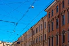 Elektryczni druty i kable nad miastowym śródmieściem Zdjęcie Royalty Free