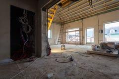 Elektryczni druty, materiały, naprawy i narzędzia dla przemodelowywać wnętrze domowy mieszkanie który jest pod przemodelowywać, Zdjęcie Stock