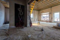 Elektryczni druty, materiały, naprawy i narzędzia dla przemodelowywać wnętrze domowy mieszkanie który jest pod przemodelowywać, Obraz Stock