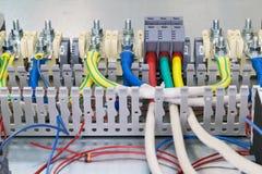 Elektryczni feedthrough terminale, kable i druty na artboard, Obrazy Stock