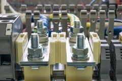 Elektryczni feedthrough terminale, kable i druty na artboard, Fotografia Stock