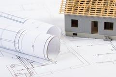 Elektryczni rysunki, diagramy i mały dom w budowie, pojęcie budynku dom Zdjęcie Stock