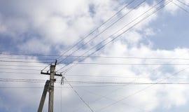 Elektryczni słupy, wysocy woltaży druty Zdjęcia Royalty Free