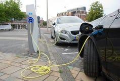 Elektryczni samochody przy ładuje stacją Zdjęcia Stock