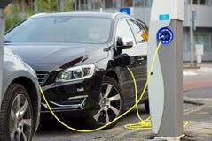 Elektryczni samochody przy ładuje stacją Obrazy Royalty Free