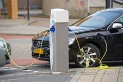 Elektryczni samochody przy ładuje stacją Zdjęcia Royalty Free