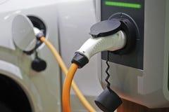 Elektryczni samochody przy ładuje stacją Obrazy Stock