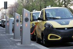 Elektryczni samochody w Swobodnie Podładowywać stację zdjęcia stock
