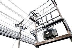 Elektryczni transformatory na elektrycznym słupie, odizolowywającym na białym tle Zdjęcie Royalty Free