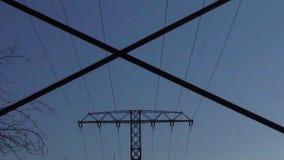 Elektryczność góruje zoom od za szczególe pilonu rząd zdjęcie wideo