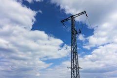 Elektryczność maszt z niebieskim niebem Obrazy Royalty Free
