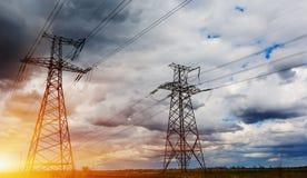 Elektryczność pilon w polu z niebieskim niebem Fotografia Stock