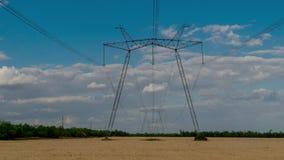 Elektryczność pilony i chodzenie chmury zbiory wideo