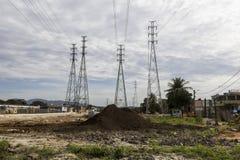 Elektryczność pilony - infrastruktur pracy Zdjęcia Royalty Free