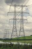 Elektryczność pilony z rzędu zdjęcia stock