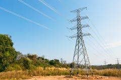 Elektryczność przekazu linie energetyczne w ranku Wysokim voltag Obrazy Royalty Free