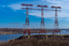 Elektryczność słup przez rezerwuar w zmierzchu Fotografia Royalty Free
