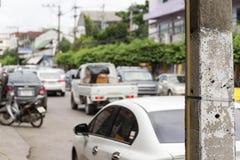 Elektryczność słupy w ciasnym ruchu drogowym Zdjęcie Stock