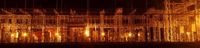 Elektryczność transformatoru dystrybuci stacja panoramiczna przy nocą fotografia stock