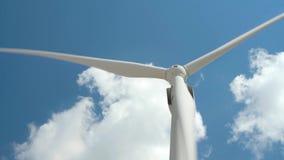 Elektryczność wiatrowy generator na jaskrawym chmurnego nieba tle - wiatrowa energia i technologii pojęcie zbiory wideo