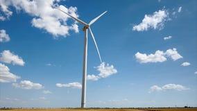 Elektryczność wiatrowy generator na jaskrawym chmurnego nieba tle - wiatrowa energia i technologii pojęcie zbiory
