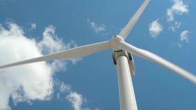 Elektryczność wiatrowy generator na jaskrawym chmurnego nieba tle - wiatrowa energia i technologii pojęcie zdjęcie wideo