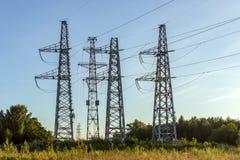 Elektryczności dystrybucja z wysokimi woltaż liniami energetycznymi obraz stock
