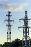Elektryczności dystrybucja z wysokimi woltaż liniami energetycznymi Fotografia Stock