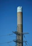 Elektryczności elektrowni pilon i komin fotografia royalty free