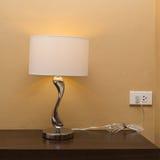 Elektryczności lampa na drewno stole Zdjęcia Royalty Free