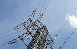 Elektryczności linia przeciw niebieskiemu niebu i pilony Obrazy Stock