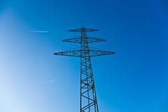 elektryczności energetyczny nieba wierza Obrazy Royalty Free