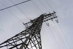 Elektryczno?? przekazu pilon sylwetkowy przeciw popielatemu niebu przy p??mrokiem zdjęcia royalty free