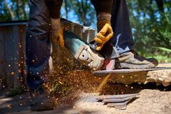 Elektryczny śrutowanie koła na stali, tnący metal Zdjęcia Royalty Free