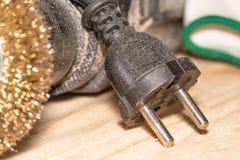 Elektryczny świder z dyskiem dla przetwarzać drewniane powierzchnie i rękawiczki na drewnianym joinery stole zdjęcie stock