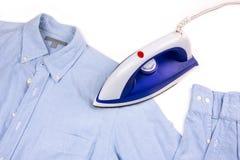 Elektryczny żelazo i koszula zdjęcie stock
