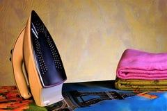 Elektryczny żelazo, prasowanie deska i pościel, Prasowanie z gorącym samolotem podeszwa żelazo tkanina zdobywa gładkiego zdjęcia royalty free