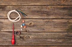 Elektryczny budowy wyposażenie, narzędzia na drewnianym stołowym odgórnym widoku i Obrazy Stock