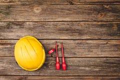 Elektryczny budowy wyposażenie, narzędzia na drewnianym stołowym odgórnym widoku i Zdjęcia Stock