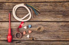 Elektryczny budowy wyposażenie, narzędzia na drewnianym stołowym odgórnym widoku i Fotografia Stock