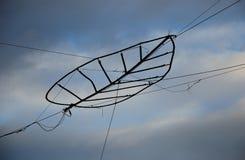 Elektryczny drut przeciw niebu Zdjęcia Royalty Free