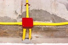 Elektryczny drut przed obracać daleko sufit w budynku Fotografia Royalty Free