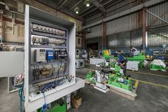 Elektryczny gabinet zgromadzenie elektryczny system kontrolny metalworking maszyna zdjęcia stock