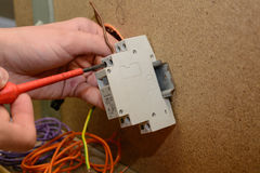 Elektryczny inżynier instaluje pilot zmianę - zakończenie obrazy stock