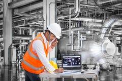 Elektryczny inżynier pracuje przy kontrolnym pokojem nowożytna elektrownia Zdjęcia Stock
