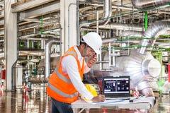Elektryczny inżynier pracuje przy kontrolnym pokojem nowożytna elektrownia Zdjęcie Royalty Free