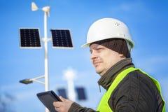 Elektryczny inżynier z pastylka pecetem blisko ulicznego oświetlenia Fotografia Royalty Free